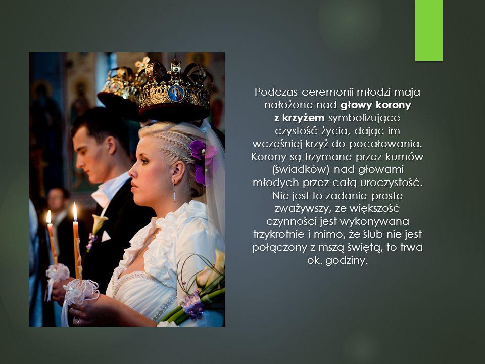 Podczas ceremonii młodzi maja nałożone nad głowy korony z krzyżem symbolizujące czystość życia, dając im wcześniej krzyż do pocałowania. Korony są trz