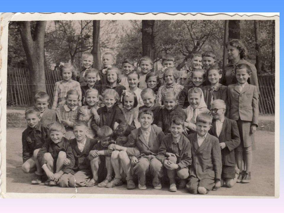 W czasie II wojny drewniany budynek szkoły został spalony, więc przez pewien czas zajęcia odbywały się w pałacu.
