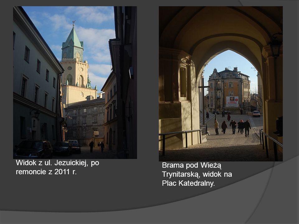 Widok z ul. Jezuickiej, po remoncie z 2011 r. Brama pod Wieżą Trynitarską, widok na Plac Katedralny.
