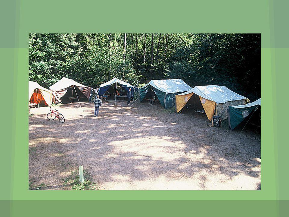 Odciągi boczne od namiotów powinny być przytwierdzone w jednej linii.