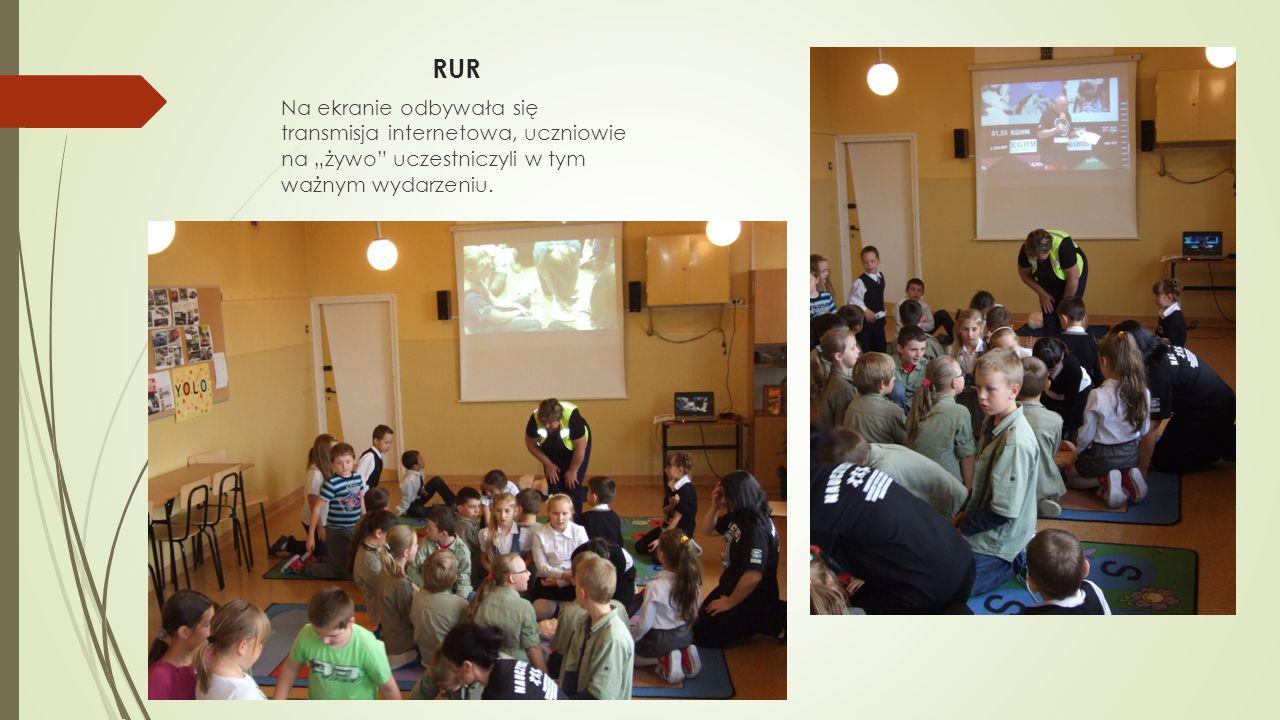 """RUR Na ekranie odbywała się transmisja internetowa, uczniowie na """"żywo uczestniczyli w tym ważnym wydarzeniu."""