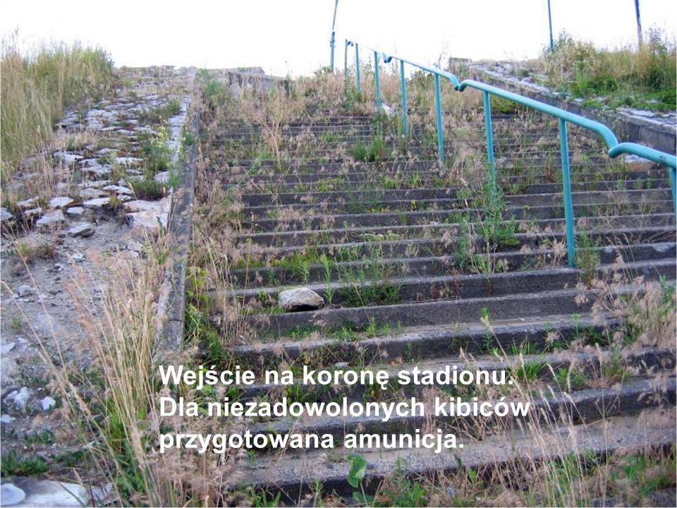 Wejście na koronę stadionu. Dla niezadowolonych kibiców przygotowana amunicja.