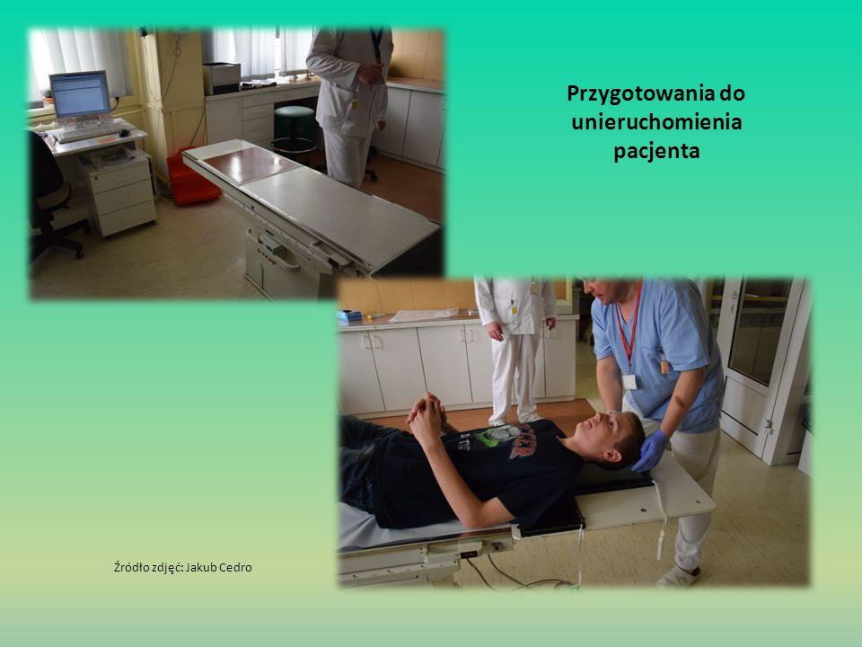 Przygotowania do unieruchomienia pacjenta Źródło zdjęć: Jakub Cedro