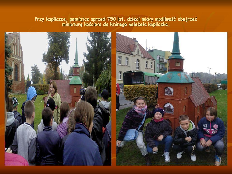 Przy kapliczce, pamiątce sprzed 750 lat, dzieci miały możliwość obejrzeć miniaturę kościoła do którego należała kapliczka.