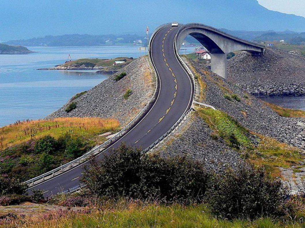 12.Atlantic Road – Norwegia W całym zestawieniu nie mogło zabraknąć kraju skandynawskiego. Jest nim Norwegia. Znajdziemy tam dość specyficzną drogę. C