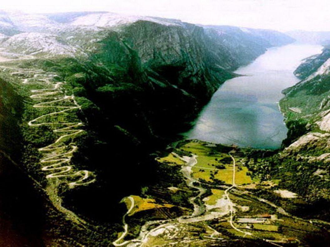 3.Lysebotn – Norwegia Znowu Norwegia. Wszyscy, którzy choć raz nią jechali zgadzają się z tym, że przypomina rollercoaster. Masa zakrętów, widoki zapi