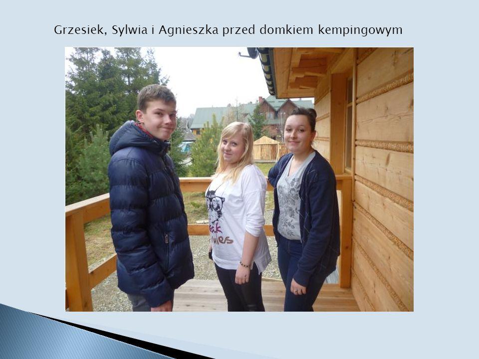 Grzesiek, Sylwia i Agnieszka przed domkiem kempingowym