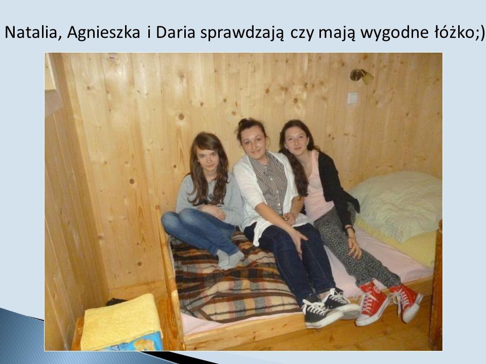Natalia, Agnieszka i Daria sprawdzają czy mają wygodne łóżko;)