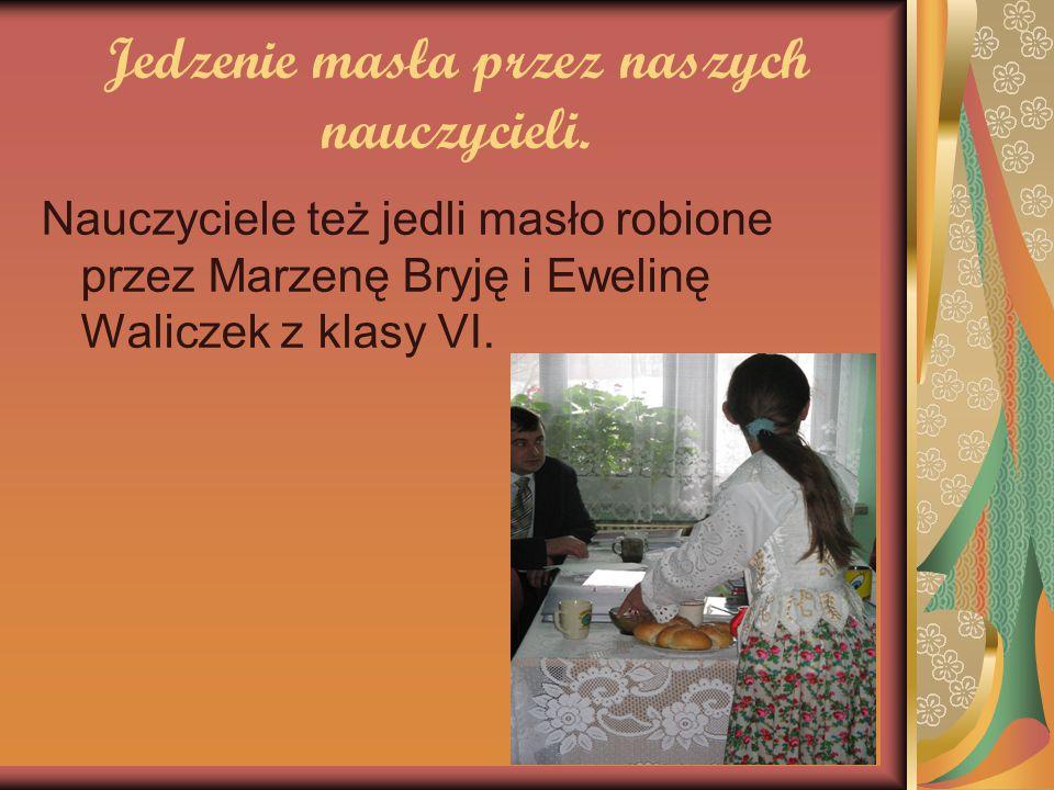 Jedzenie masła przez naszych nauczycieli. Nauczyciele też jedli masło robione przez Marzenę Bryję i Ewelinę Waliczek z klasy VI.