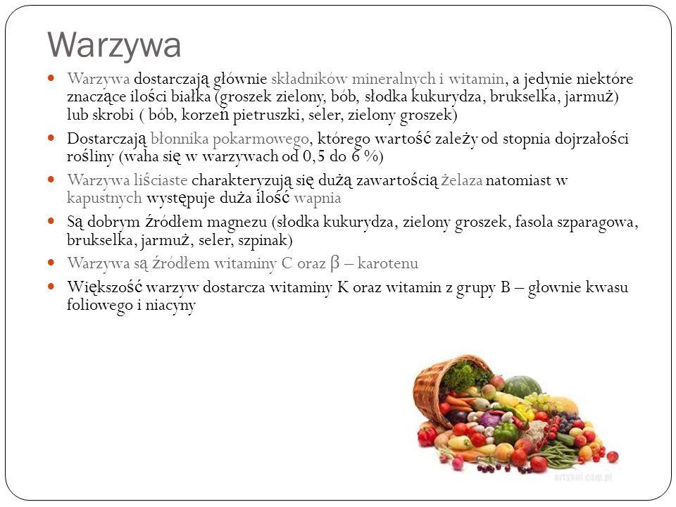 Warzywa Warzywa dostarczaj ą głównie składników mineralnych i witamin, a jedynie niektóre znacz ą ce ilo ś ci białka (groszek zielony, bób, słodka kukurydza, brukselka, jarmu ż ) lub skrobi ( bób, korze ń pietruszki, seler, zielony groszek) Dostarczaj ą błonnika pokarmowego, którego warto ść zale ż y od stopnia dojrzało ś ci ro ś liny (waha si ę w warzywach od 0,5 do 6 %) Warzywa li ś ciaste charakteryzuj ą si ę du żą zawarto ś ci ą ż elaza natomiast w kapustnych wyst ę puje du ż a ilo ść wapnia S ą dobrym ź ródłem magnezu (słodka kukurydza, zielony groszek, fasola szparagowa, brukselka, jarmu ż, seler, szpinak) Warzywa s ą ź ródłem witaminy C oraz β – karotenu Wi ę kszo ść warzyw dostarcza witaminy K oraz witamin z grupy B – głownie kwasu foliowego i niacyny