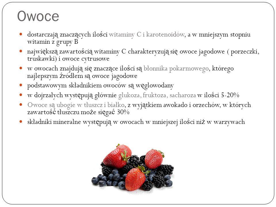 Owoce dostarczaj ą znacz ą cych ilo ś ci witaminy C i karotenoidów, a w mniejszym stopniu witamin z grupy B najwi ę ksz ą zawarto ś ci ą witaminy C charakteryzuj ą si ę owoce jagodowe ( porzeczki, truskawki) i owoce cytrusowe w owocach znajduj ą si ę znacz ą ce ilo ś ci s ą błonnika pokarmowego, którego najlepszym ź ródłem s ą owoce jagodowe podstawowym składnikiem owoców s ą w ę glowodany w dojrzałych wyst ę puj ą głównie glukoza, fruktoza, sacharoza w ilo ś ci 5-20% Owoce s ą ubogie w tłuszcz i białko, z wyj ą tkiem awokado i orzechów, w których zawarto ść tłuszczu mo ż e si ę ga ć 30% składniki mineralne wyst ę puj ą w owocach w mniejszej ilo ś ci ni ż w warzywach