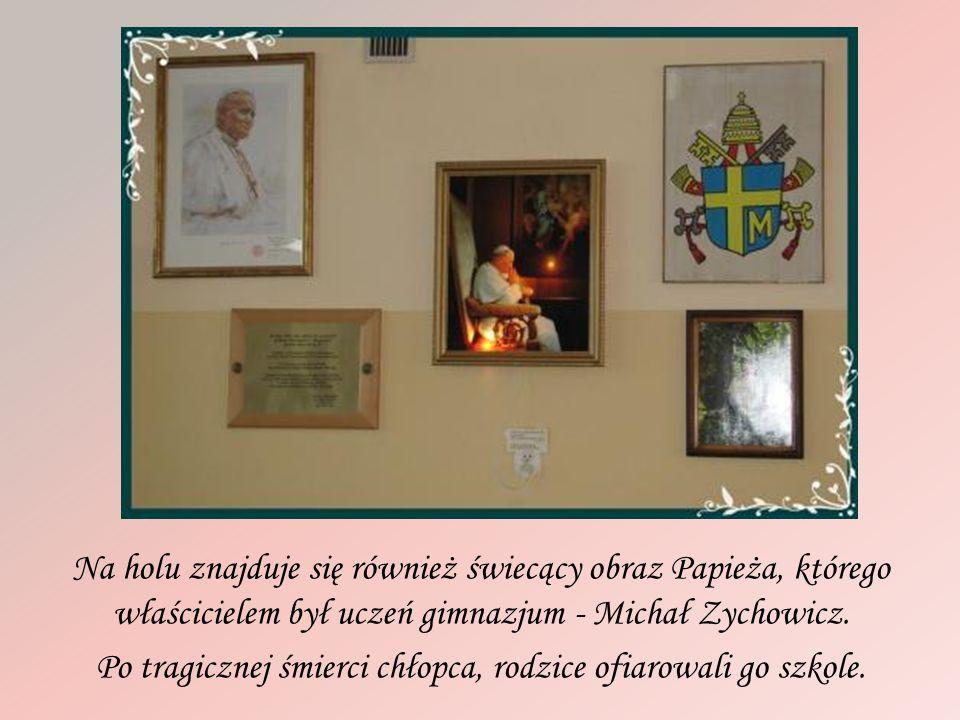 Na holu znajduje się również świecący obraz Papieża, którego właścicielem był uczeń gimnazjum - Michał Zychowicz. Po tragicznej śmierci chłopca, rodzi