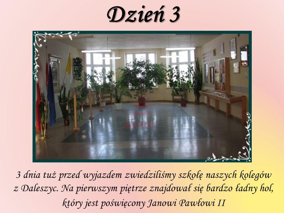 Dzień 3 3 dnia tuż przed wyjazdem zwiedziliśmy szkołę naszych kolegów z Daleszyc. Na pierwszym piętrze znajdował się bardzo ładny hol, który jest pośw