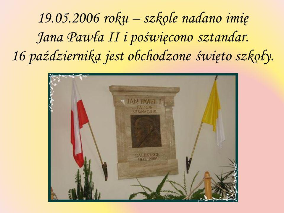 19.05.2006 roku – szkole nadano imię Jana Pawła II i poświęcono sztandar. 16 października jest obchodzone święto szkoły.
