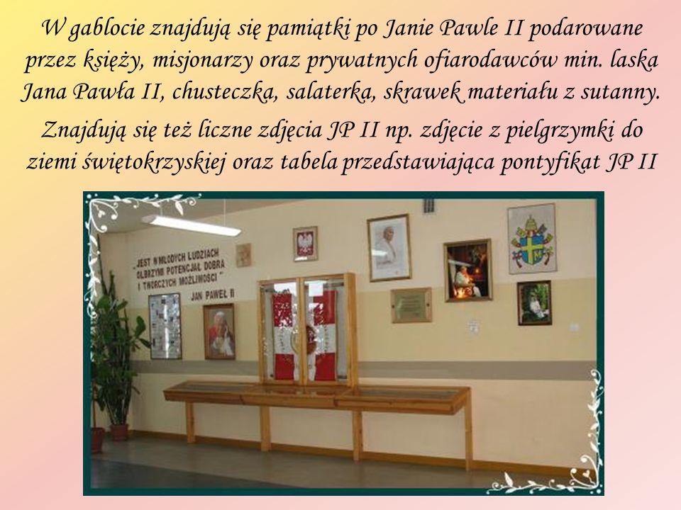 W gablocie znajdują się pamiątki po Janie Pawle II podarowane przez księży, misjonarzy oraz prywatnych ofiarodawców min. laska Jana Pawła II, chustecz