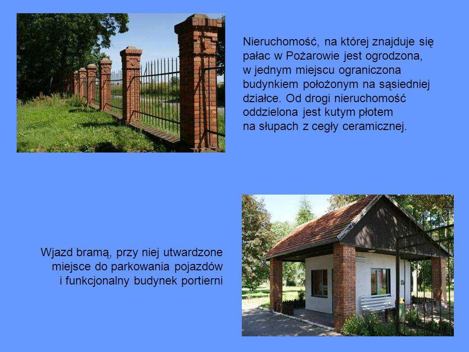 Nieruchomość, na której znajduje się pałac w Pożarowie jest ogrodzona, w jednym miejscu ograniczona budynkiem położonym na sąsiedniej działce. Od drog