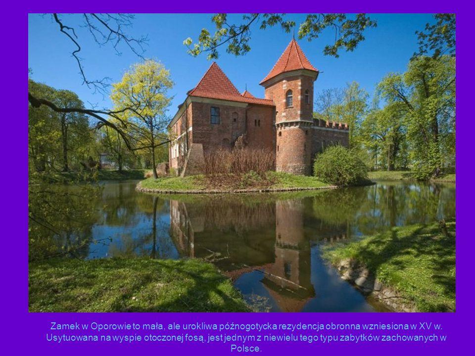 Zamek w Oporowie to mała, ale urokliwa późnogotycka rezydencja obronna wzniesiona w XV w. Usytuowana na wyspie otoczonej fosą, jest jednym z niewielu