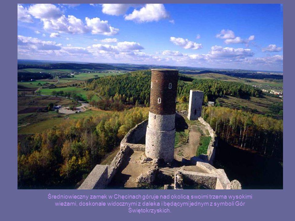 Średniowieczny zamek w Chęcinach góruje nad okolicą swoimi trzema wysokimi wieżami, doskonale widocznymi z daleka i będącymi jednym z symboli Gór Świę