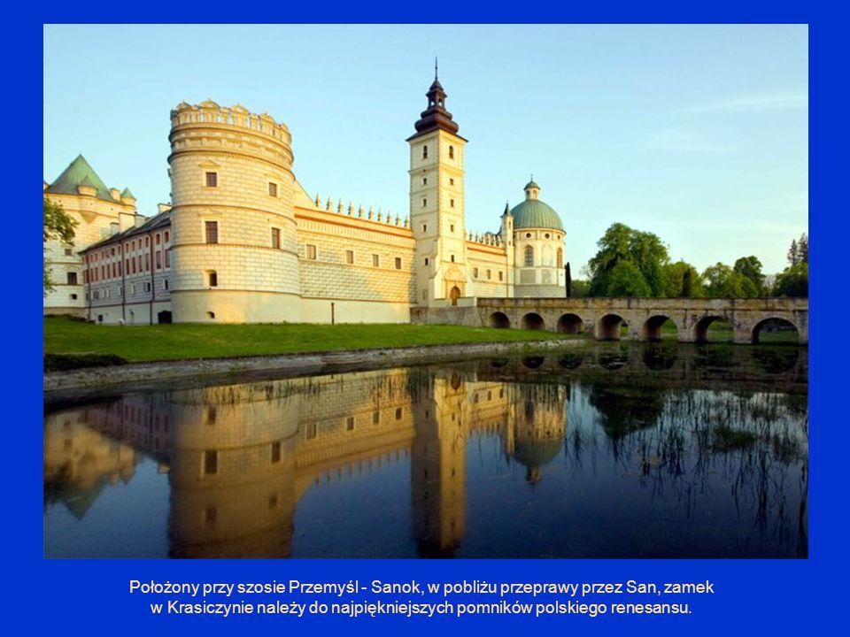 Położony przy szosie Przemyśl - Sanok, w pobliżu przeprawy przez San, zamek w Krasiczynie należy do najpiękniejszych pomników polskiego renesansu.