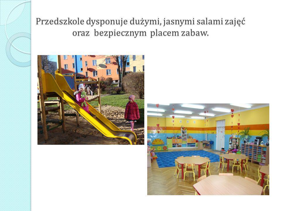 Przedszkole dysponuje dużymi, jasnymi salami zajęć oraz bezpiecznym placem zabaw.