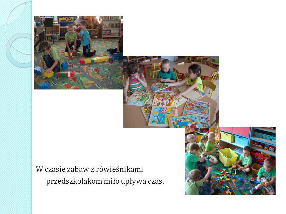 W czasie zabaw z rówieśnikami przedszkolakom miło upływa czas.