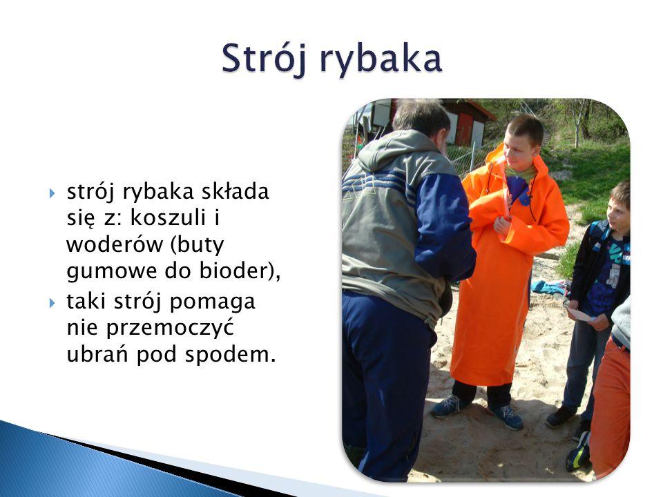  strój rybaka składa się z: koszuli i woderów (buty gumowe do bioder),  taki strój pomaga nie przemoczyć ubrań pod spodem.