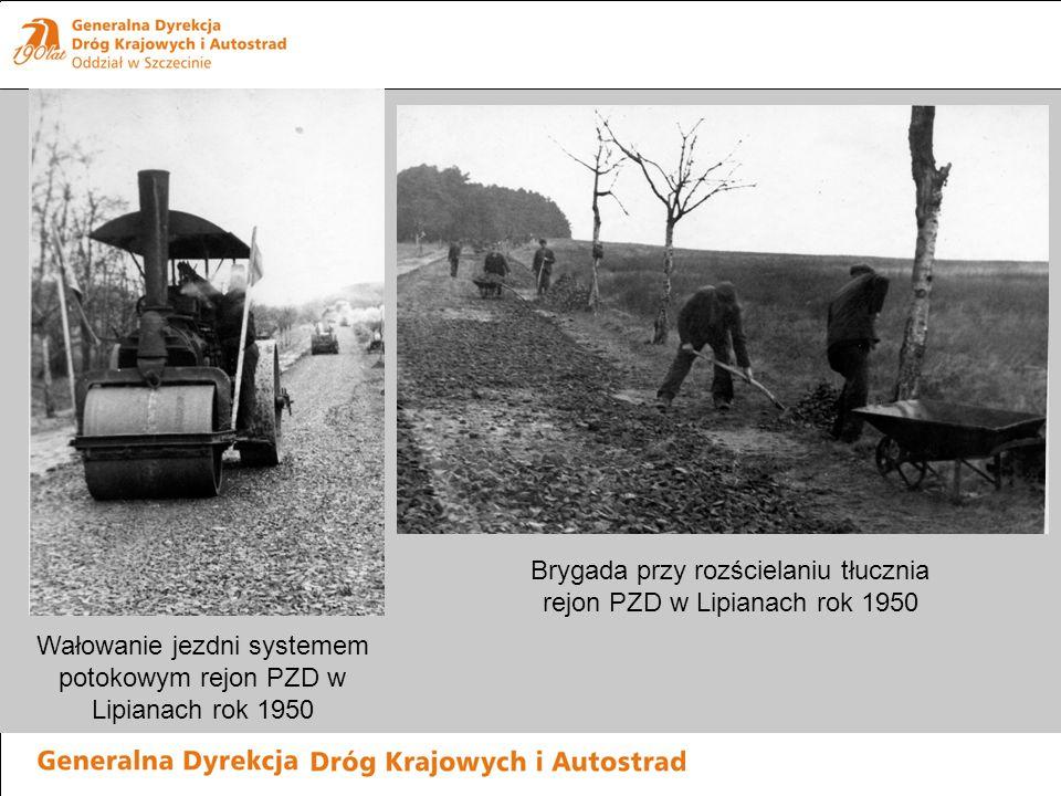 Wałowanie jezdni systemem potokowym rejon PZD w Lipianach rok 1950 Brygada przy rozścielaniu tłucznia rejon PZD w Lipianach rok 1950