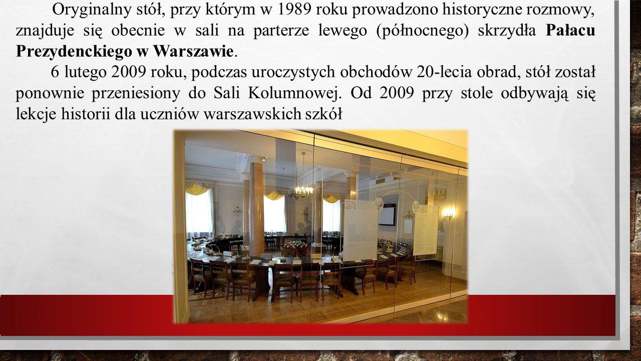 Oryginalny stół, przy którym w 1989 roku prowadzono historyczne rozmowy, znajduje się obecnie w sali na parterze lewego (północnego) skrzydła Pałacu P