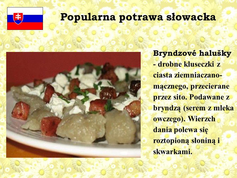 Bryndzové halušky - drobne kluseczki z ciasta ziemniaczano- mącznego, przecierane przez sito.