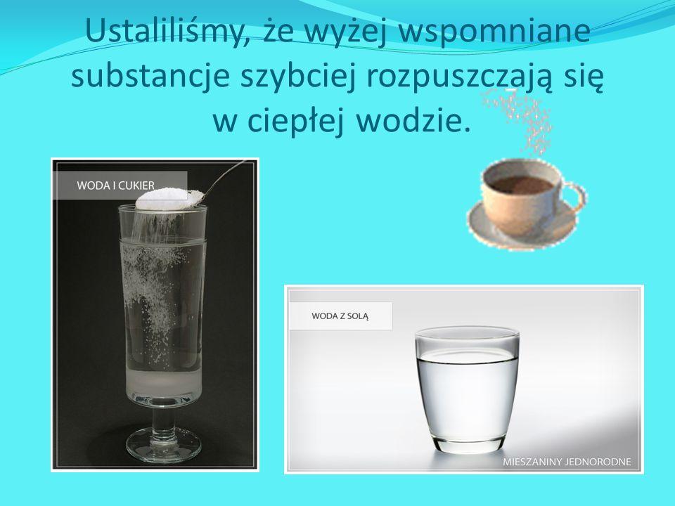 Ludzie gromadzą zapasy wody pitnej.
