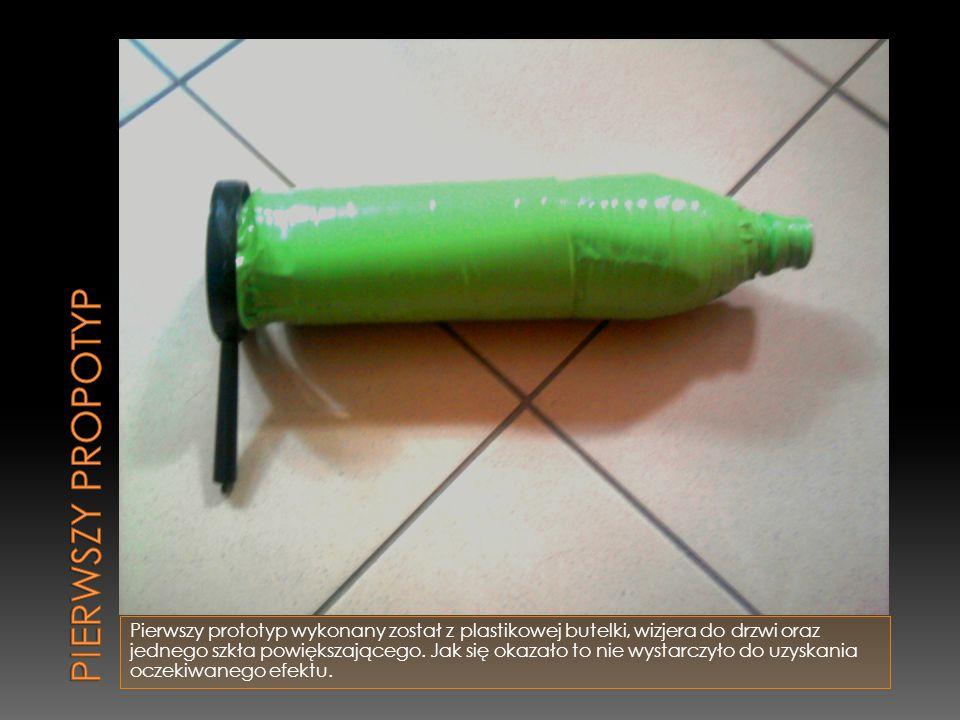 Pierwszy prototyp wykonany został z plastikowej butelki, wizjera do drzwi oraz jednego szkła powiększającego. Jak się okazało to nie wystarczyło do uz