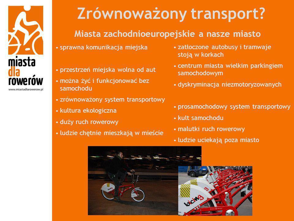 Zrównoważony transport? zatłoczone autobusy i tramwaje stoją w korkach centrum miasta wielkim parkingiem samochodowym dyskryminacja niezmotoryzowanych