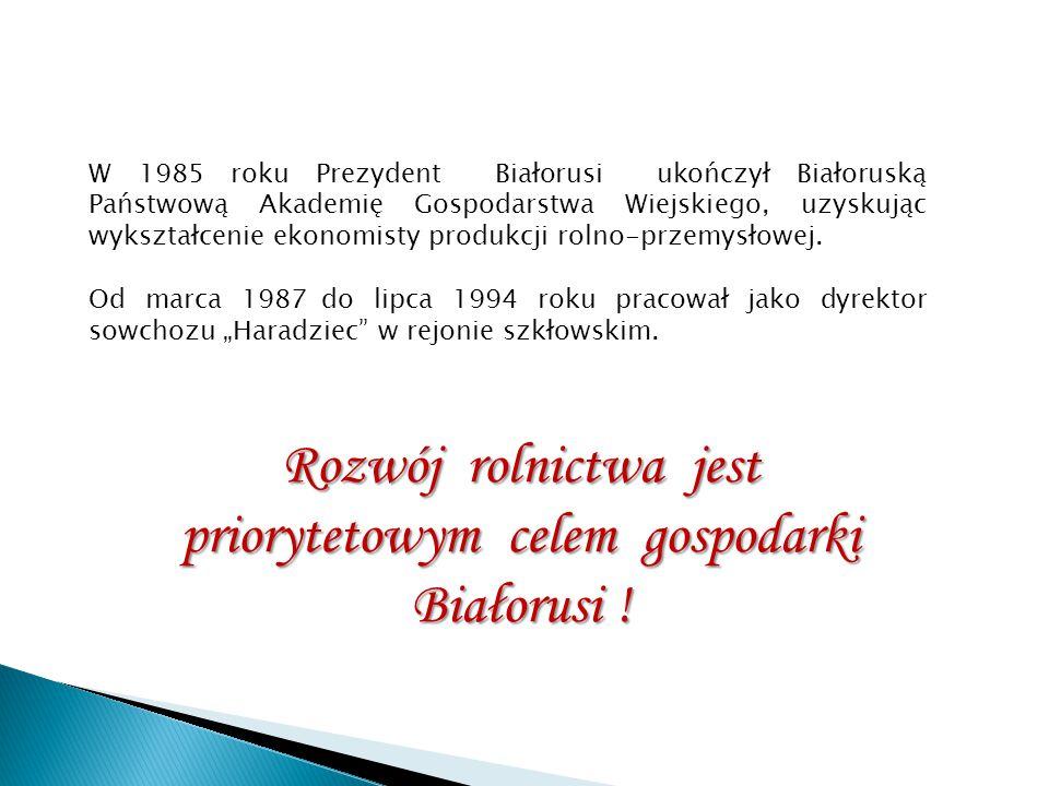 W 1985 roku Prezydent Białorusi ukończył Białoruską Państwową Akademię Gospodarstwa Wiejskiego, uzyskując wykształcenie ekonomisty produkcji rolno-prz