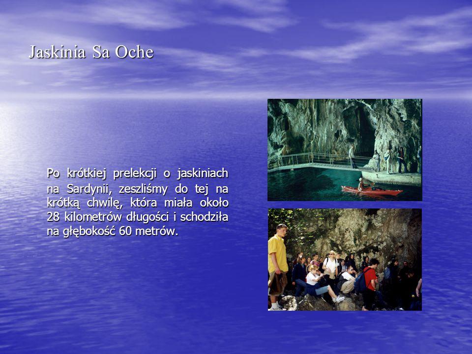 Jaskinia Sa Oche Po krótkiej prelekcji o jaskiniach na Sardynii, zeszliśmy do tej na krótką chwilę, która miała około 28 kilometrów długości i schodziła na głębokość 60 metrów.