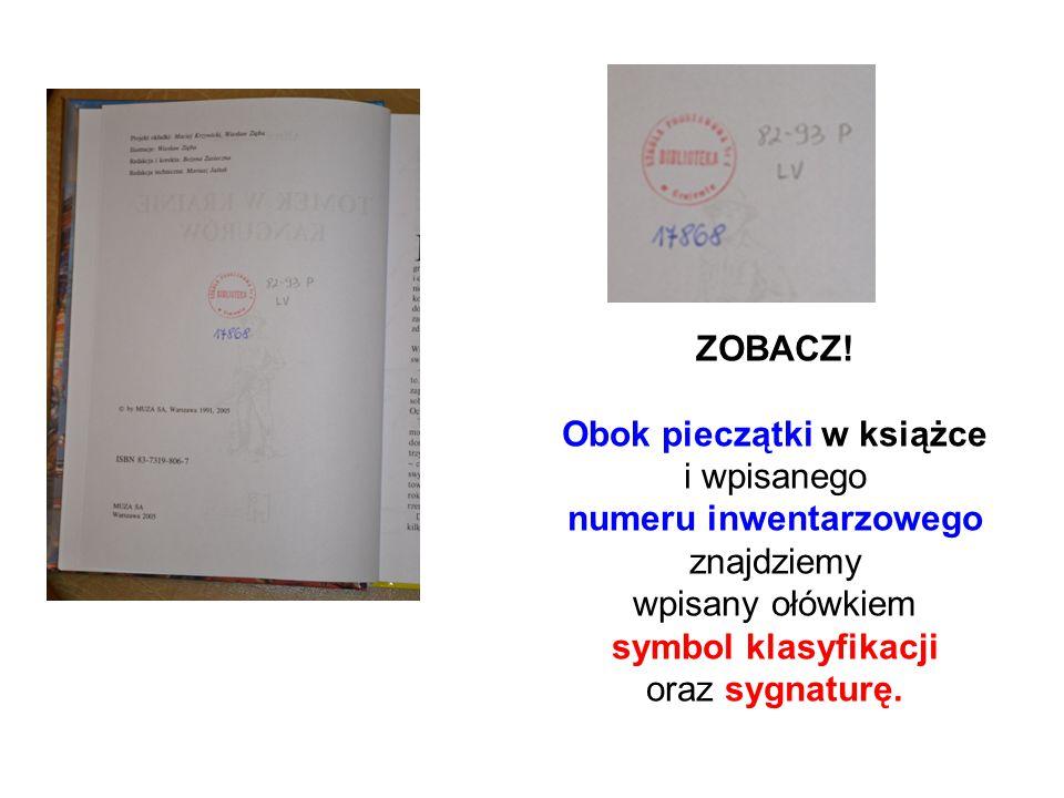 ZOBACZ! Obok pieczątki w książce i wpisanego numeru inwentarzowego znajdziemy wpisany ołówkiem symbol klasyfikacji oraz sygnaturę.