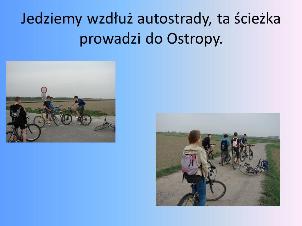 Jedziemy wzdłuż autostrady, ta ścieżka prowadzi do Ostropy.