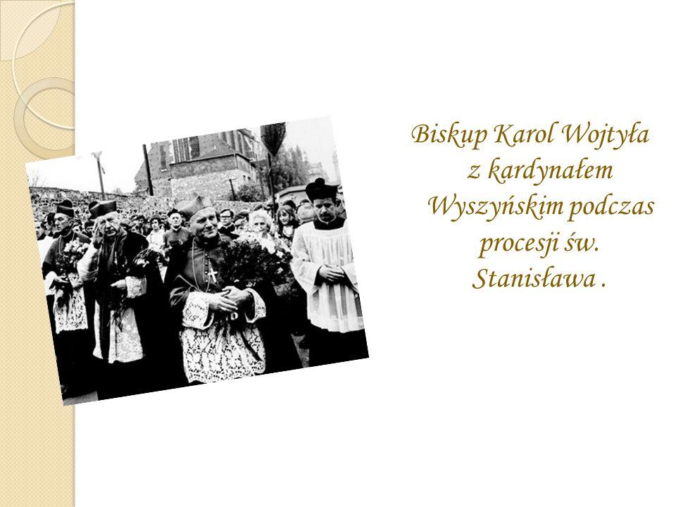 Biskup Karol Wojtyła z kardynałem Wyszyńskim podczas procesji św. Stanisława.
