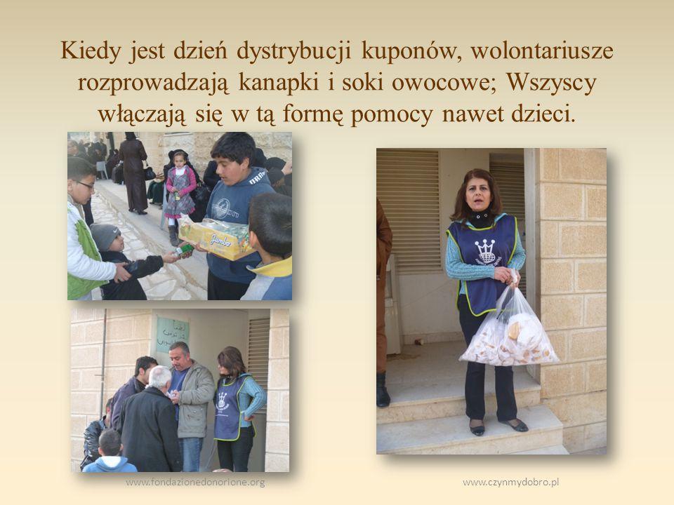 Kiedy jest dzień dystrybucji kuponów, wolontariusze rozprowadzają kanapki i soki owocowe; Wszyscy włączają się w tą formę pomocy nawet dzieci.