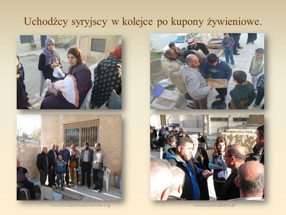 Uchodźcy syryjscy w kolejce po kupony żywieniowe. www.fondazionedonorione.org www.czynmydobro.pl