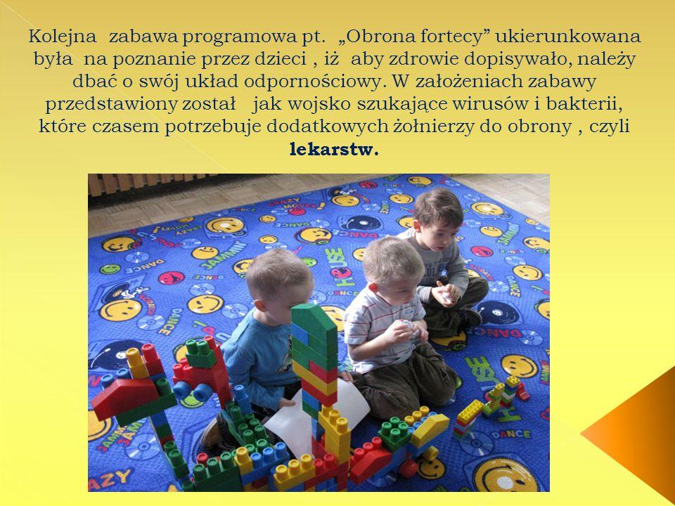"""Kolejna zabawa programowa pt. """"Obrona fortecy"""" ukierunkowana była na poznanie przez dzieci, iż aby zdrowie dopisywało, należy dbać o swój układ odporn"""