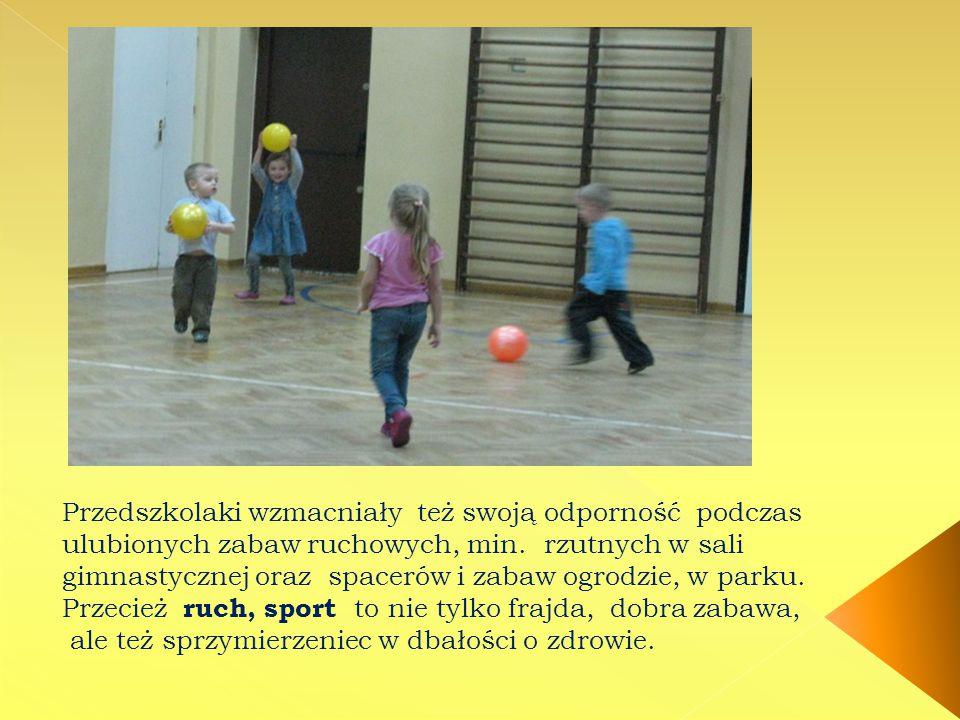 Przedszkolaki wzmacniały też swoją odporność podczas ulubionych zabaw ruchowych, min. rzutnych w sali gimnastycznej oraz spacerów i zabaw ogrodzie, w