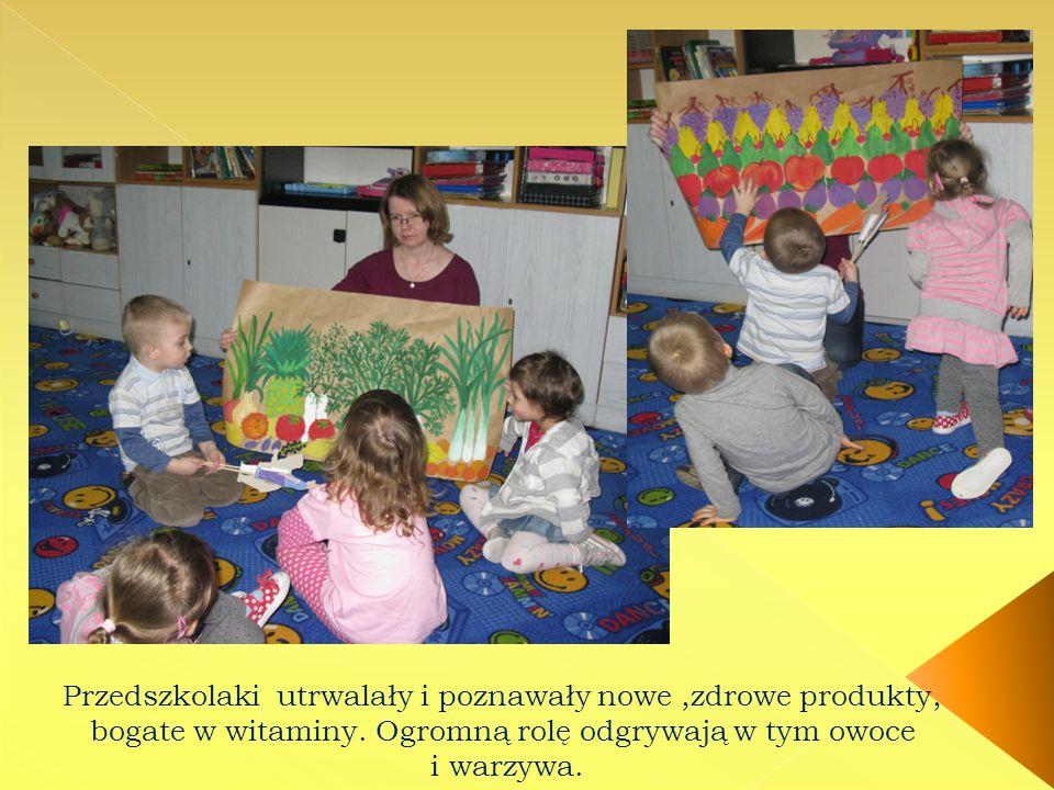 Przedszkolaki utrwalały i poznawały nowe,zdrowe produkty, bogate w witaminy. Ogromną rolę odgrywają w tym owoce i warzywa.