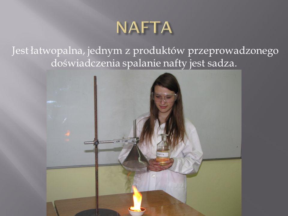 Jest łatwopalna, jednym z produktów przeprowadzonego doświadczenia spalanie nafty jest sadza.