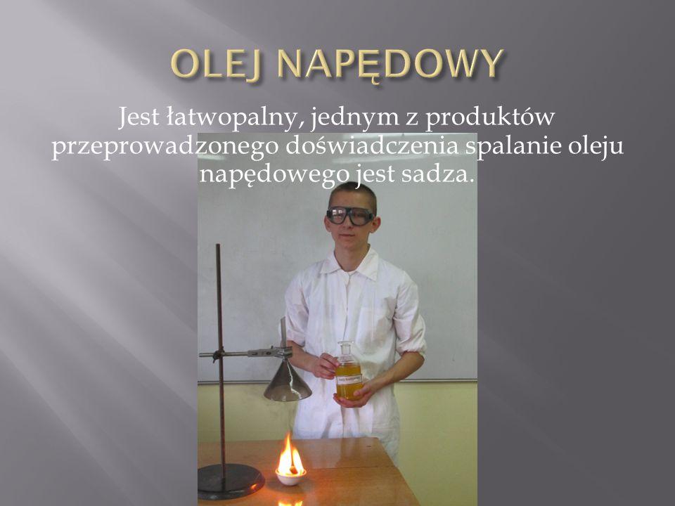 Jest łatwopalny, jednym z produktów przeprowadzonego doświadczenia spalanie oleju napędowego jest sadza.