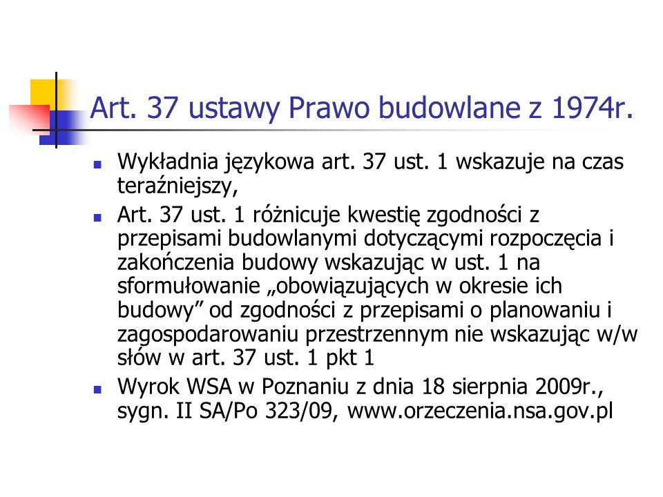 Art. 37 ustawy Prawo budowlane z 1974r. Wykładnia językowa art. 37 ust. 1 wskazuje na czas teraźniejszy, Art. 37 ust. 1 różnicuje kwestię zgodności z
