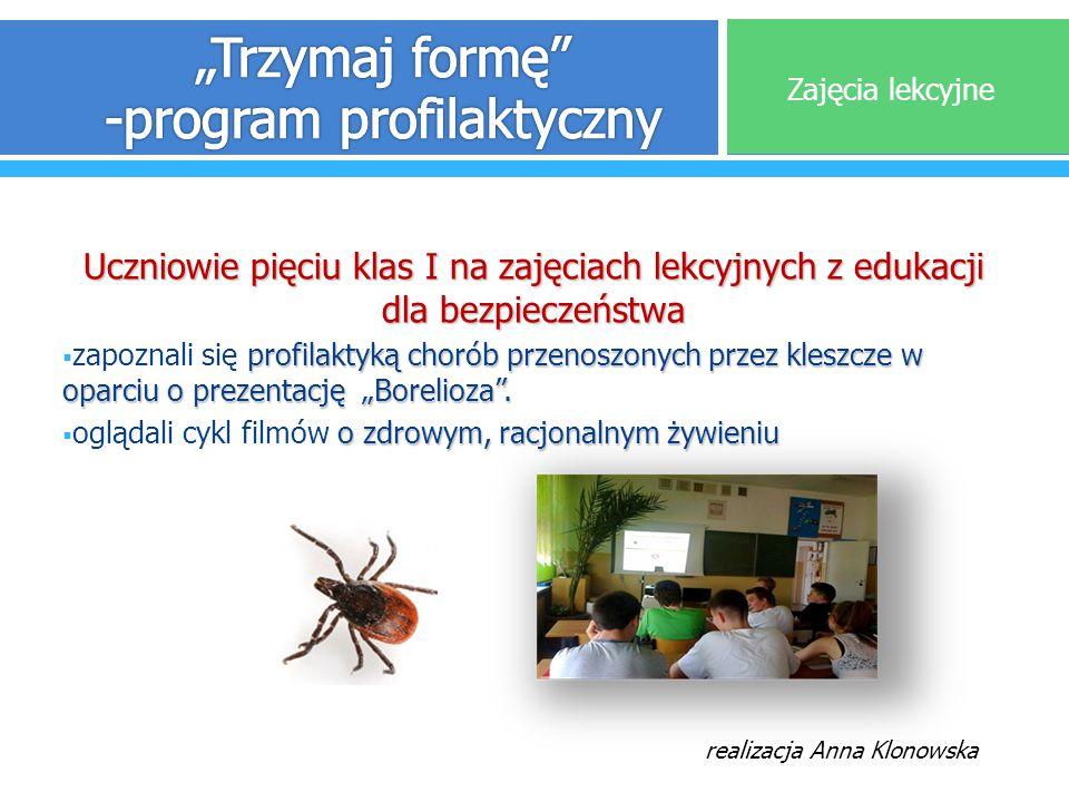 Uczniowie pięciu klas I na zajęciach lekcyjnych z edukacji dla bezpieczeństwa profilaktyką chorób przenoszonych przez kleszcze w oparciu o prezentację