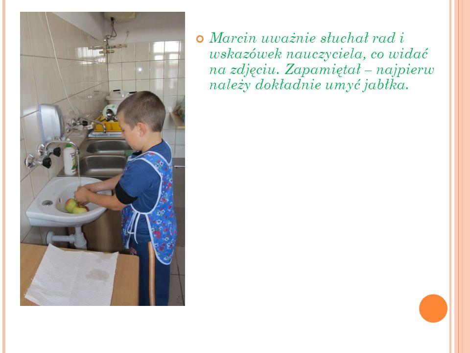 Marcin uważnie słuchał rad i wskazówek nauczyciela, co widać na zdjęciu.
