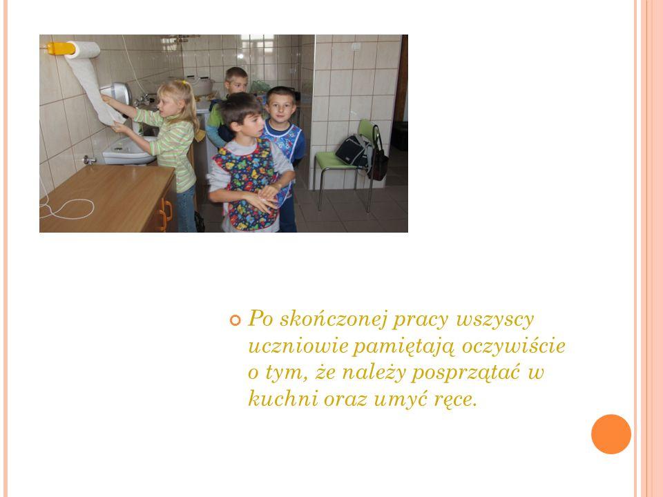 Po skończonej pracy wszyscy uczniowie pamiętają oczywiście o tym, że należy posprzątać w kuchni oraz umyć ręce.