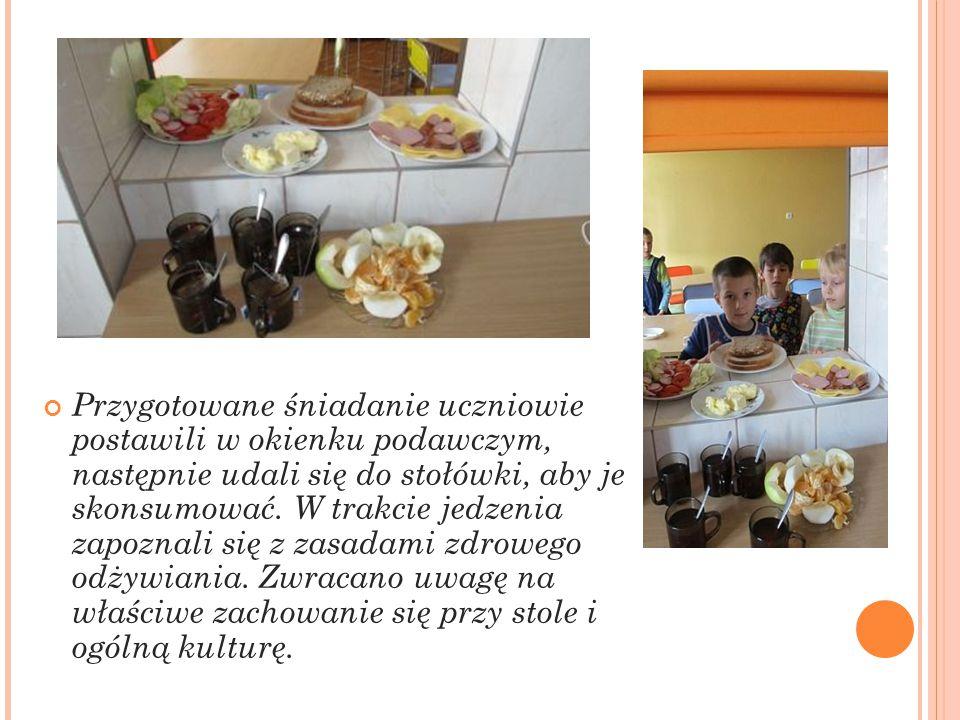 Przygotowane śniadanie uczniowie postawili w okienku podawczym, następnie udali się do stołówki, aby je skonsumować.