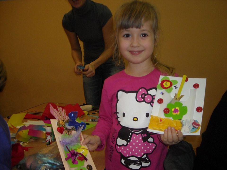 Dzieci z dumą prezentowały swoje artystyczne dzieła.
